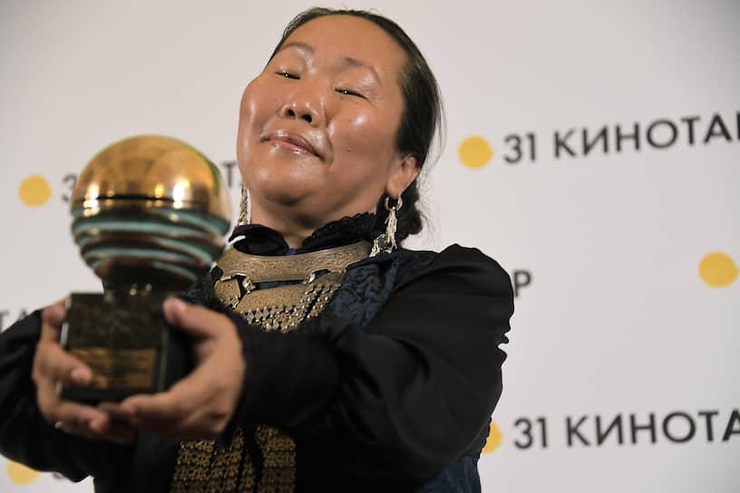 Актриса Валентина Романова-Чыскыырай, получившая приз в номинации «Лучшая женская роль»