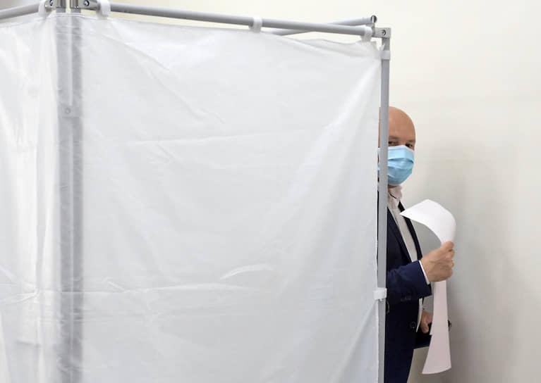 Временно исполняющий обязанности главы Севастополя Михаил Развозжаев на избирательном участке