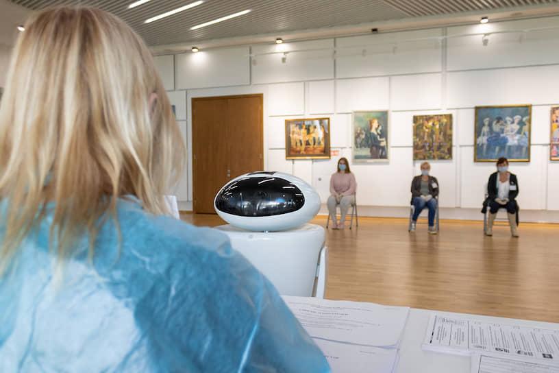 Показ работы робота-помощника на избирательном участке в здании культурно-досугового центра «Московский» в Казани