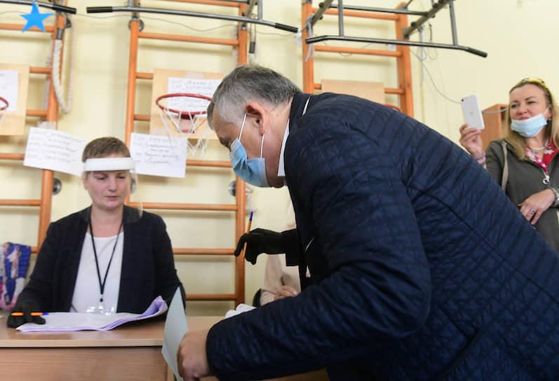 Губернатор Ленинградской области Александр Дрозденко во время голосования на избирательном участке в поселении Луполово