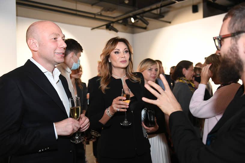 Президент Stella Art Foundation Стелла Кесаева (в центре) и генеральный управляющий Mercury Tower Аслан Кцоев (слева) во время церемонии открытия выставки Ольги и Олега Татаринцевых «Утопия в цифрах» и галереи ILONA-K artspace