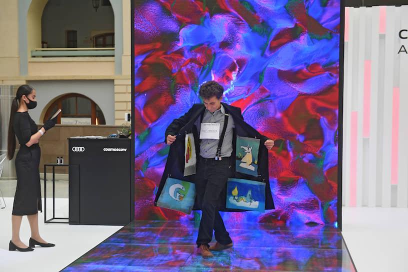 Художник Александр Петрелли во время церемонии открытия восьмой Международной ярмарки современного искусства Cosmoscow в Гостином дворе