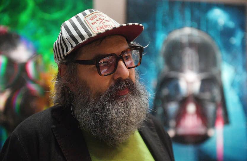 Художник Михаил Молочников во время церемонии открытия ярмарки современного искусства Cosmoscow