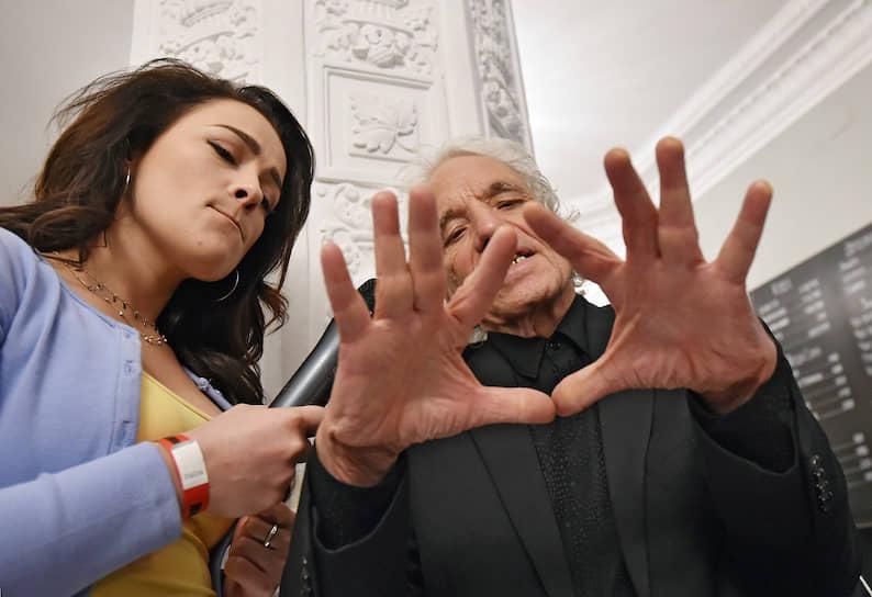 Американский кинорежиссер Абель Феррара (справа) перед началом закрытого показа своего фильма «Сибирь»
