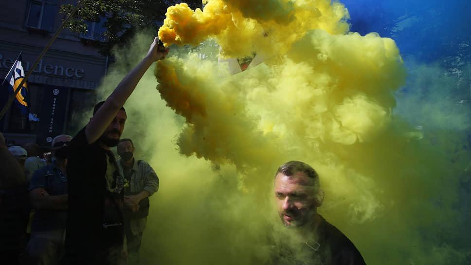 Киев, Украина. Пикет участников «Движения сопротивления капитуляции» возле здания Верховной рады