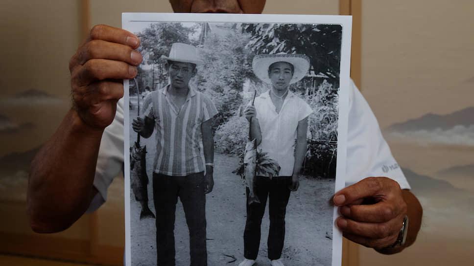 В отличие от многих заметных деятелей Либерально-демократической партии (ЛДП) Японии, Ёсихидэ Суга не принадлежит к кругу потомственных политиков. Он родился 6 декабря 1948 года в поселке Огати на севере Японии в семье фермера, который до поражения Токио во Второй мировой войне был мелким железнодорожником в оккупированной провинции Китая  На фото слева: Ёсихидэ Суга в юношестве на рыбалке