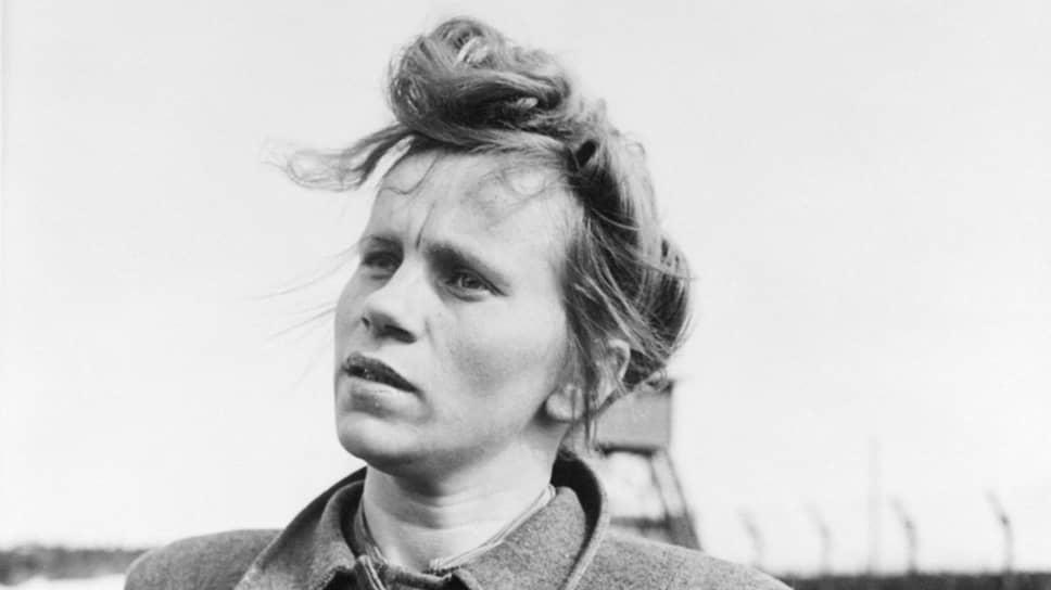 Надзирательницу Элизабет Мюлау в Освенциме окружали родные лица. В лагерной прачечной трудилась ее сестра Гертруда. Там же, в Освенциме, Элизабет встретила роттенфюрера СС Хайнца Фолькенрата и в 1943 году стала его женой