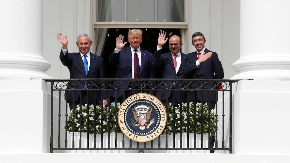 Слева направо: премьер-министр Израиля Биньямин Нетаньяху, президент США Дональд Трамп, министр иностранных дел Бахрейна Абдель Латиф аз-Заяни и министр иностранных дел Объединенных Арабских Эмиратов (ОАЭ) Абдалла бен Зайд Аль Нахайян