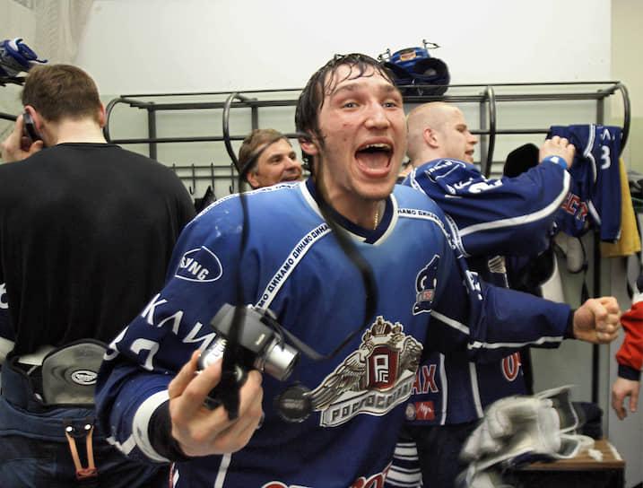 Сезон 2004/2005 в НХЛ был отменен из-за локаута. Александр Овечкин остался еще на год в московском «Динамо» и помог команде выиграть чемпионат России