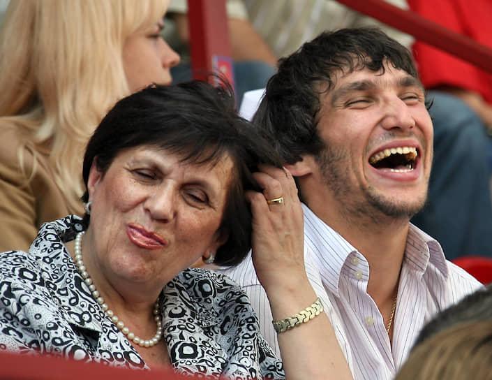 В 2008 году хоккеист подписал новый контракт с «Вашингтоном» на 13 лет стоимостью $124 млн<br> На фото: Александр Овечкин со своей матерью Татьяной
