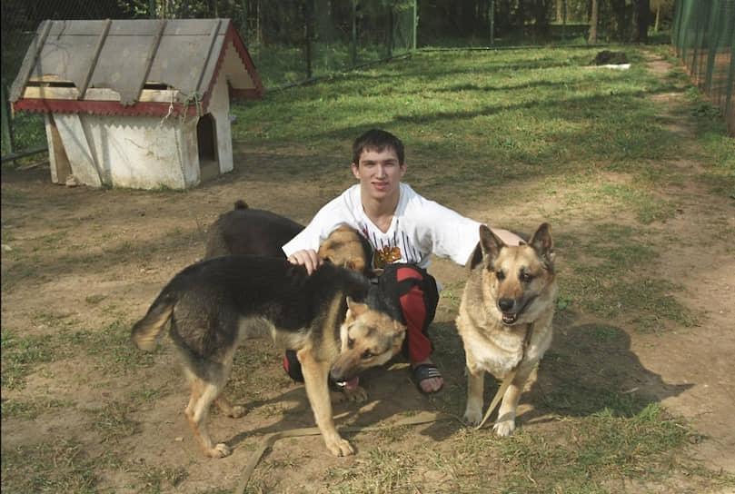 В 2000 году Александр Овечкин был переведен во взрослую команду «Динамо». Дебютировал в чемпионате России в сезоне 2001/2002. Через два года стал одним из лидеров столичного клуба, был признан одним из лучших нападающих чемпионата России 2003/2004