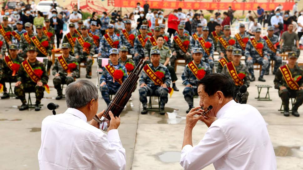 Шицзячжуан, Китай. Музыканты играют для армейских новобранцев