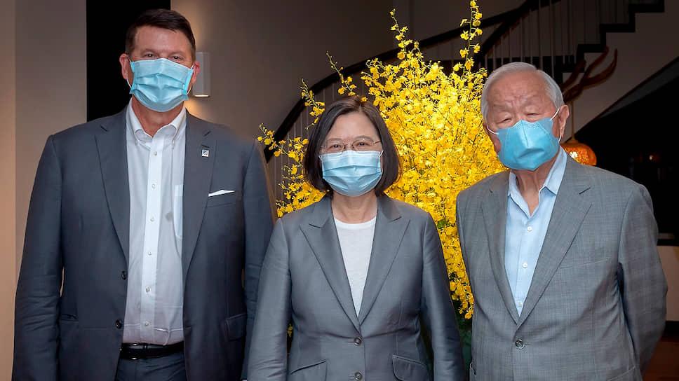 Заместитель госсекретаря США Кит Крак (слева), президент Тайваня Цай Инвэнь и бизнесмен Моррис Чжан
