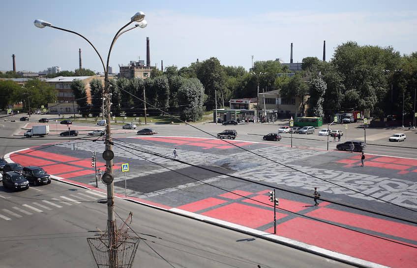 19 июля 2019 года в Екатеринбурге на площади Первой пятилетки работа художника Покраса Лампаса «Супрематический крест», выполненная в рамках фестиваля «Стенограффия» и согласованная с властями, была испорчена сотрудниками коммунальных служб в ходе дорожных работ. Позже художник восстановил свою работу