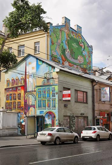 Граффити-реклама чая «Ahmad Tea», созданная группой Zuck club на торце дома 28 по Печатниковому переулку в Москве, была закрашена также в сентябре 2019 года
