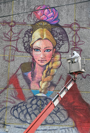 В ноябре 2019 года в Челябинске на фасаде дома на улице Труда художниками ассоциации «Граффити Россия» была выполнена работа «Девушка с караваем». В том же месяце граффити закрасили. Стрит-арт был восстановлен в сентябре 2020 года