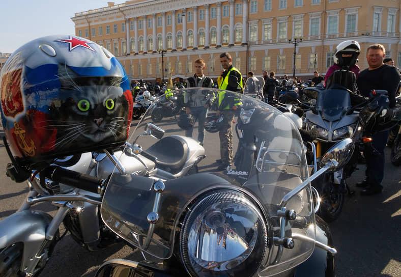 Байкеры на Дворцовой площади в Санкт-Петербурге