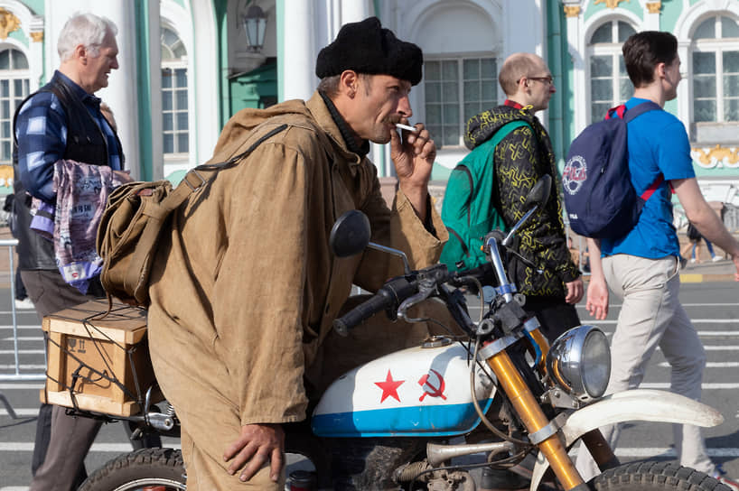 Байкер перед началом мотопарада в Санкт-Петербурге