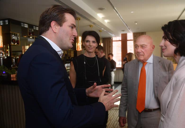 Телеведущий Владимир Познер (второй справа) и актриса Юлия Снигирь (справа) на коктейле по случаю 150-летия Hennessy X.O. в ресторане Quadrum