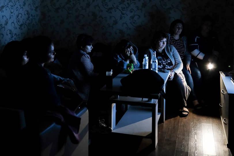 Утром 28 сентября Азербайджан и Армения заявили о возобновлении обстрелов<br> Пресс-секретарь Минобороны Армении Шушан Степанян заявил, что в ходе боев с Азербайджаном погибли еще 28 военных в Нагорном Карабахе<br> На фото: люди смотрят телевизор в бомбоубежище в Степанакерте