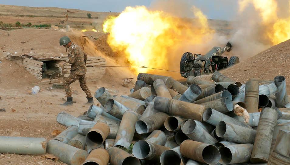 Армянские военные во время обстрела азербайджанских позиций