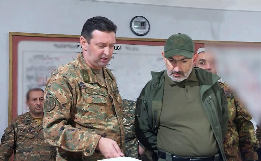 Премьер-министр Армении Никол Пашинян совещается с военными в Нагорном Карабахе