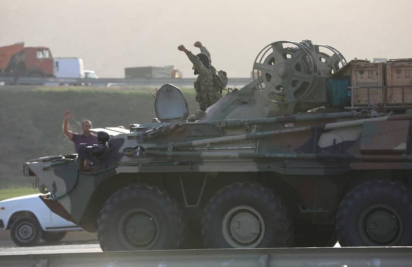Обострение противостояния стало крупнейшим с 1994 года<br> На фото: азербайджанские военные приветствуют людей, собравшихся у дороги в Баку