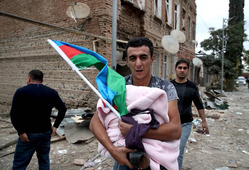 Последствия обстрелов в азербайджанском городе Гянджа 4 октября. Минобороны республики заявило, что в результате обстрелов городов Гянджа, Тертер и Горадиз погибли 22 мирных жителя, 74 получили ранения
