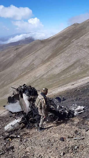 Единый информационный центр Армении опубликовал фотографии с места крушения штурмовика Су-25, сбитого, по заявлению Еревана, турецким истребителем F-16. На снимках видны сгоревшие части самолета, разбросанные по склону горы. Турция отрицает, что ее самолет сбил армянский Су-25