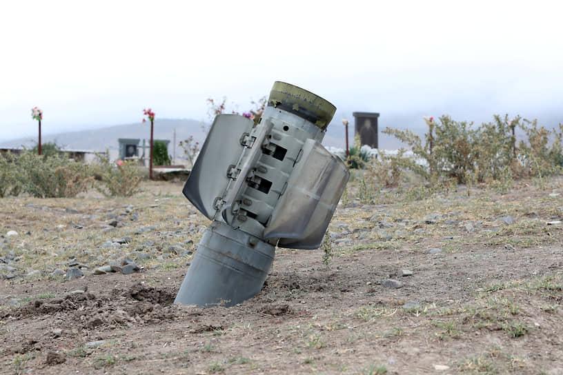 По данным на 2 октября, Минобороны Азербайджана утверждает, что вооруженные силы Армении потеряли убитыми и ранеными до 2,7 тыс. человек, уничтожено до 130 единиц бронетехники