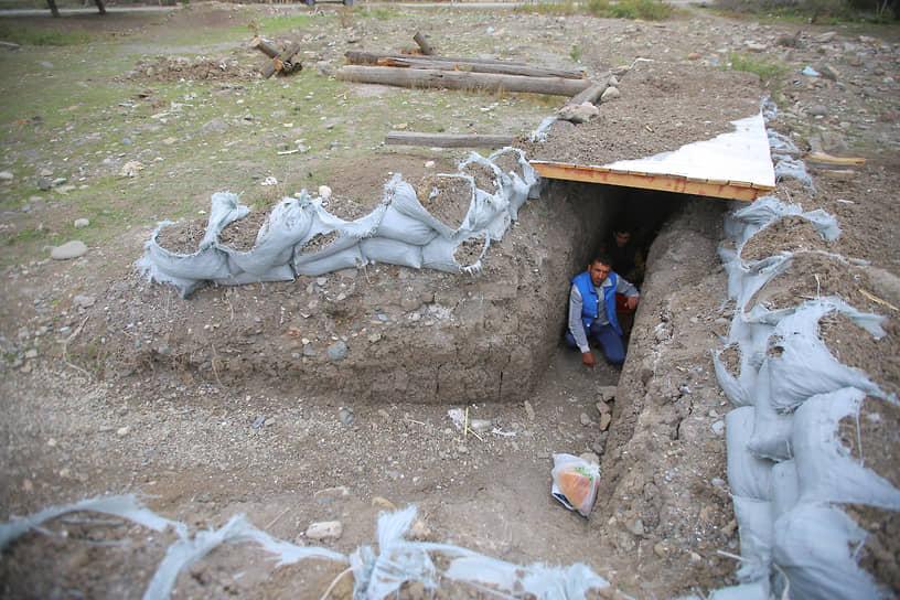 2 октября власти Тертерского района Азербайджана сообщили, что по его территории было выпущено более 5,3 тыс. снарядов  со стороны Армении<br> На фото: житель Тертера в укрытии
