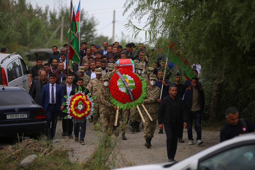 Похороны полковника-лейтенанта ВС Азербайджана Махмана Ганбарова в городе Барда