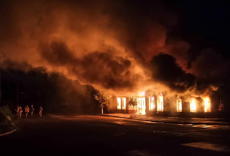 Пожарные борются с огнем на складе строительных материалов в Степанакерте, загоревшемся от артиллерийского удара