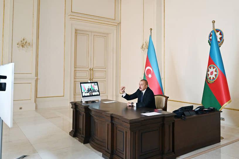 С началом боевых действий президент Азербайджана Ильхам Алиев (на фото) подписал указ о введении с 00:00 часов 28 сентября военного положения на всей территории страны. В ряде регионов был введен комендантский час