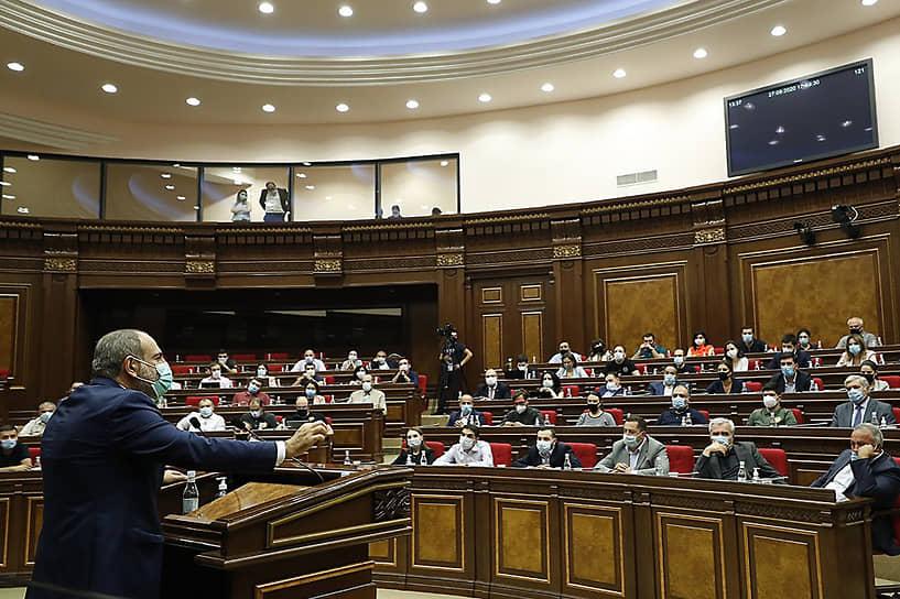 Правительство Армении объявило в стране военное положение и всеобщую мобилизацию<br> На фото: премьер-министр Армении Никол Пашинян обращается к парламенту