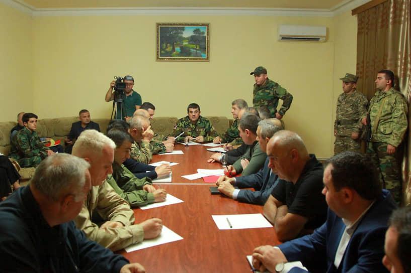 По данным армянской стороны, в ходе боестолкновений с ВС Азербайджана в первые два дня конфликта были убиты более 30 военнослужащих НКР<br> На фото: лидер НКР Араик Арутюнян проводит заседание Совета безопасности