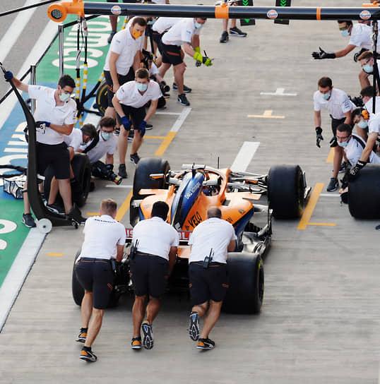 Посещаемость Олимпийского парка в Сочи во время Гран-при «Формулы-1» составила в среднем до 30 тыс. человек в день<br> На фото: механики команды McLaren во время подготовки болида