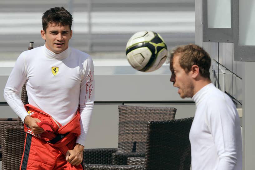 Пилоты Ferrari Шарль Леклер (слева) и Себастьян Феттель перед началом квалификационных заездов