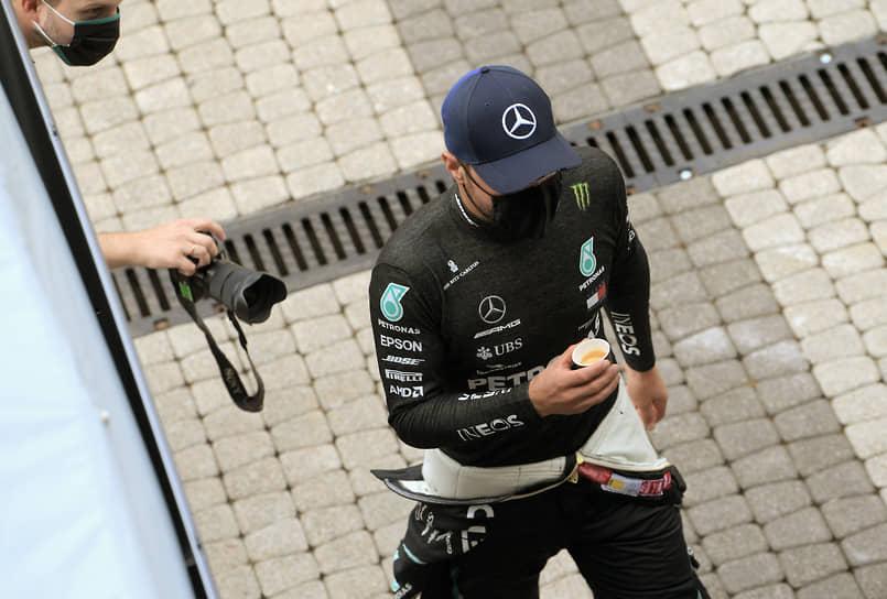Пилот команды Mercedes Вальттери Боттас перед началом квалификационных заездов. 27 сентября он был наказан стюардами двумя 5-секундными штрафами за нарушения при тренировочном старте