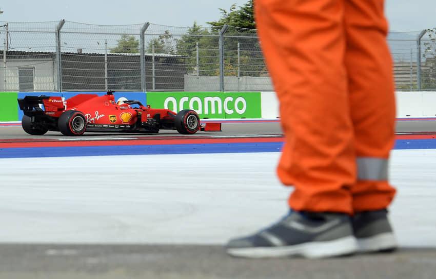 Пилот команды Ferrari Себастьян Феттель во время квалификационных заездов