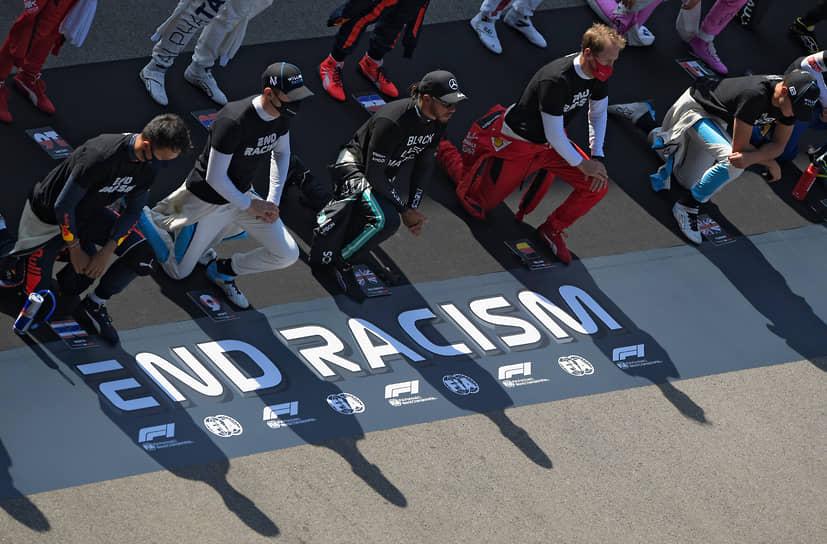 Пилоты «Формулы-1» перед началом гонки провели антирасисткую акцию
