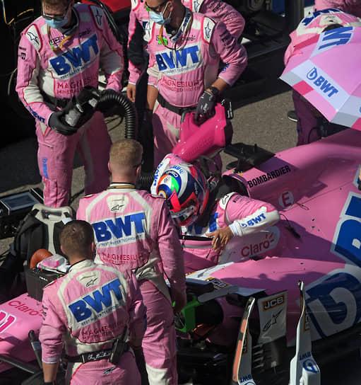 Механики Racing Point и пилот команды Серхио Перес во время подготовки к гонке