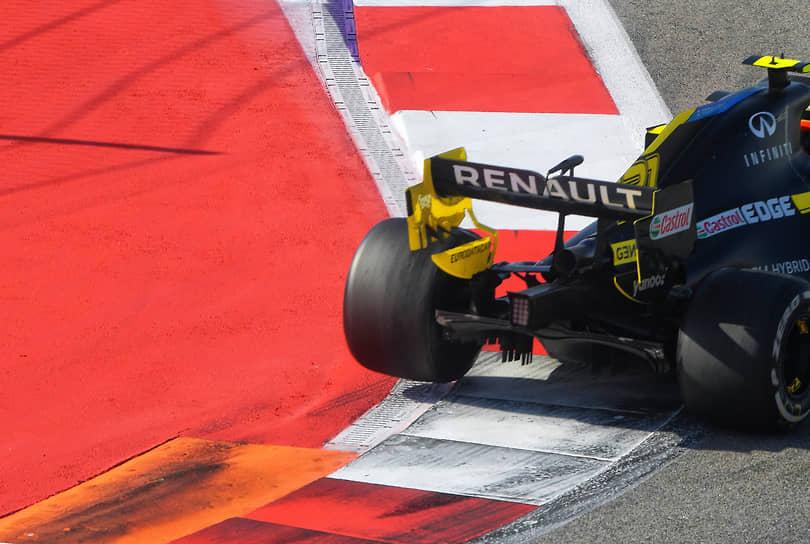 Болид команды Renault на трассе