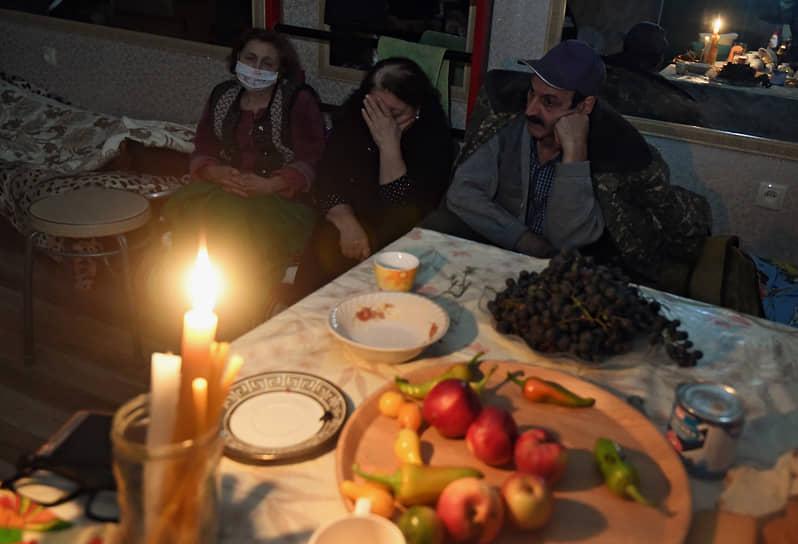 Жители столицы непризнанной Нагорно-Карабахской Республики Степанакерта. Более 50% населения НКР покинули свои дома из-за военных действий, заявил омбудсмен республики Артак Бегларян