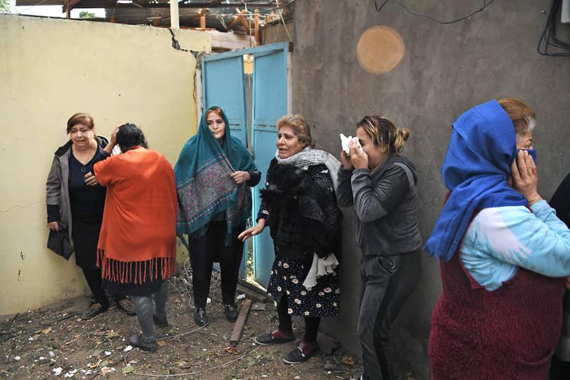 Жители многоквартирного дома в центре Гянджи, разрушенного в результате обстрела