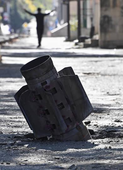 Неразорвавшийся снаряд на улице Степанакерта