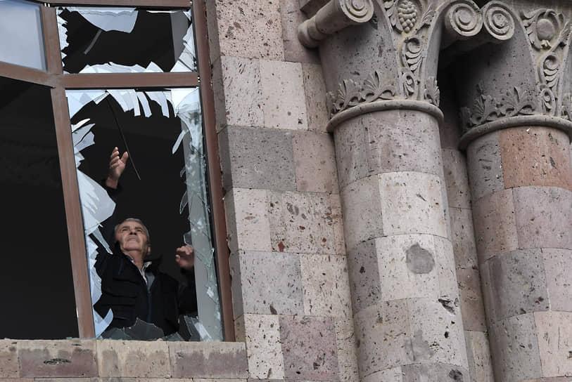 Дом культуры в Мартуни после обстрелов