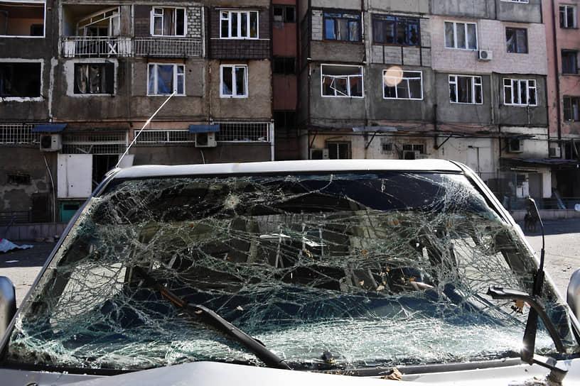 Автомобиль во дворе жилого дома в Нагорном Карабахе
