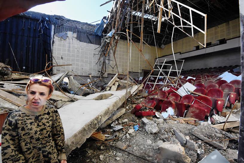 Разрушенный после обстрела зрительный зал в Нагорном Карабахе