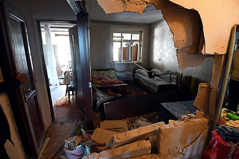 Последствия обстрела дома в азербайджанском городе Гянджа